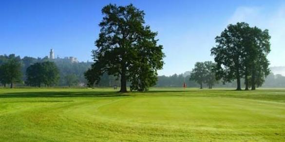 Golf Hluboká - víkendový golfový kurz 16x 30 min., zapůjčení holí, neomezené míčky, vstup na public course a další služby jen za 1995 Kč.